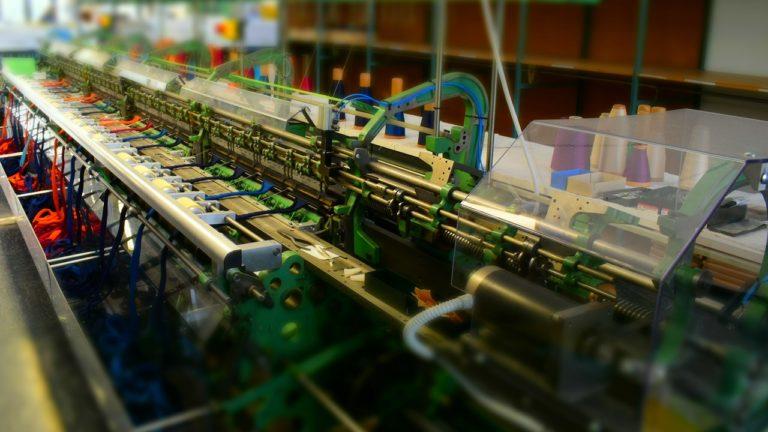 Strickmaschine Großaufnahme Effekt Miniatur 16 9
